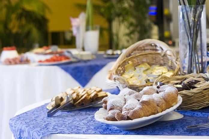 In den rustikalen lokalen weinkellern können die typischen weine ischias verkostet werden wie der biancolella der forastera oder der per epalumm